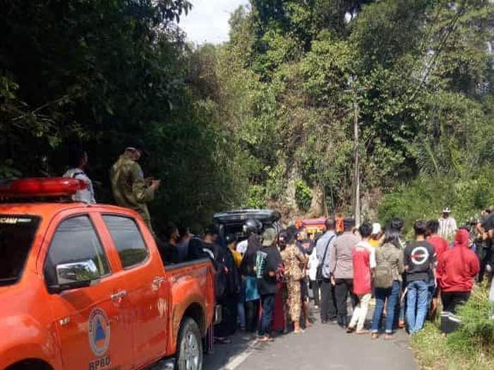 Proses evakuasi mayat yang gegerkan warga Sumedang.