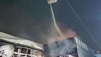 Kebakaran Swalayan di Cilandak Belum Padam, Api Sempat Merambat Permukiman