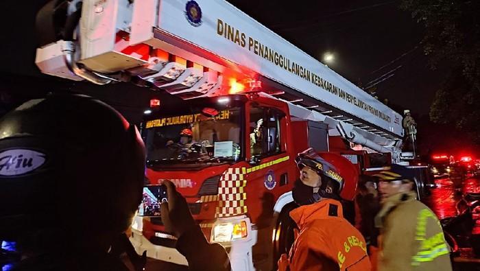 Proses pemadaman api kebakaran di toko swalayan Jl Cilandak KKO,.