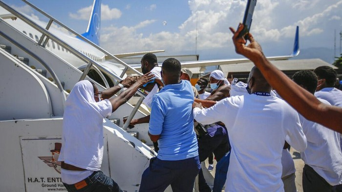 Pemerintah Amerika Serikat pulangkan migran Haiti yang coba masuk AS dari Meksiko. Usai tiba di Haiti, sejumlah migran memaksa masuk pesawat untuk kembali ke AS.