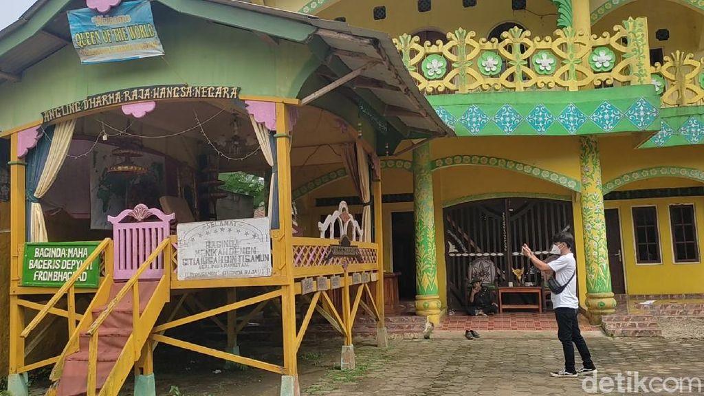 Ada Tulisan Angling Dharma dan Gudang Duit Hiasi Rumah Raja di Pandeglang