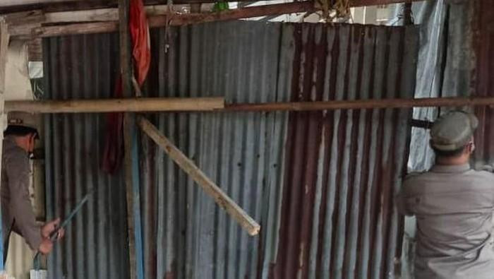 Satpol PP Jakbar bongkar bangunan liar di Cengkareng, Jakbar