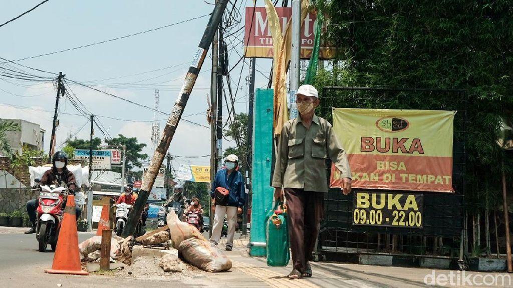 Tak Kunjung Dipindahkan, Tiang Miring di Ciputat Bikin Resah
