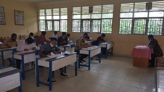 Ujian tulis untuk bakal calon kades di Polewali Mandar.