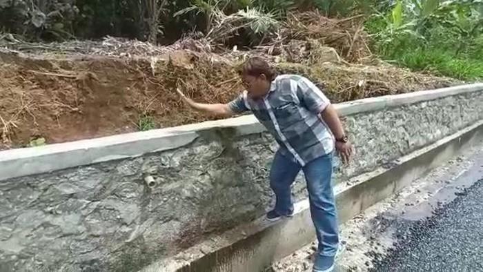 Video anggota DPRD Banjarnegara memukul talud hingga ambrol, Rabu (22/9/2021).