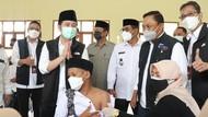 Tinjau Vaksinasi di Bawean, Wagub Emil Apresiasi Santri dan Tokoh Agama