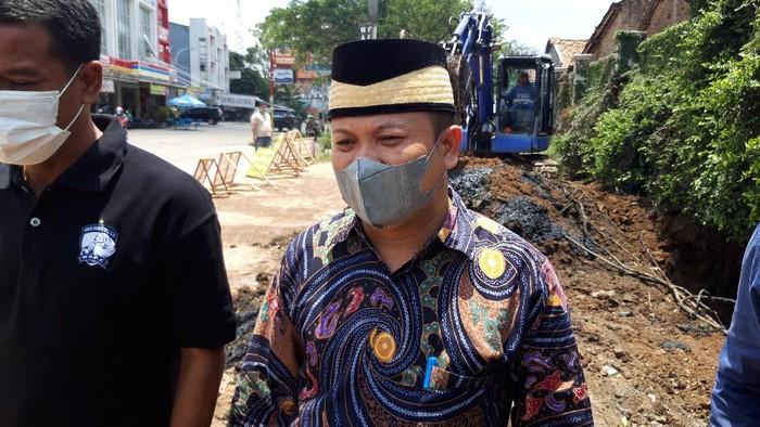 Wakil Ketua DPRD Tangerang tinjau jalan rusak yang viral di medsos