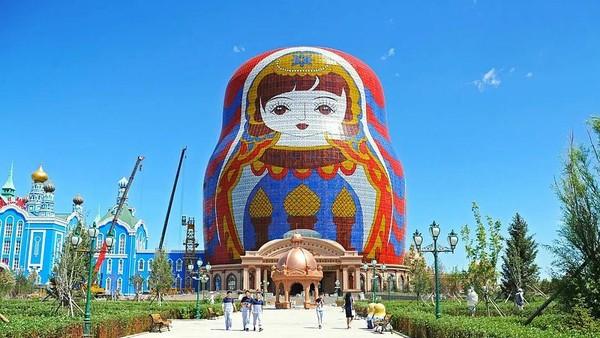 Sudah terkumpul 87 bangunan, di antaranya juga ada Mazhouli Matryoshka Hotel dengan boneka babushka setinggi 73 meter. Ini adalah bangunan boneka terbesar di dunia. (Archy.com)