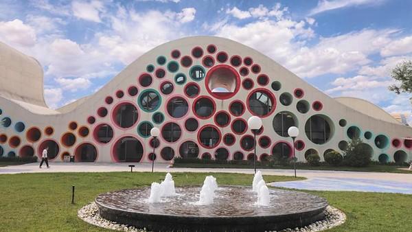 Kompetisi gedung terjelek di China digelar oleh situs arsitektur China, Archcy.com. Ini merupakan ajang yang digelar setiap tahun. Salah satunya adalah museum seni anak internasional Xian dengan desain lubang berwarna-warni.(Archy.com)