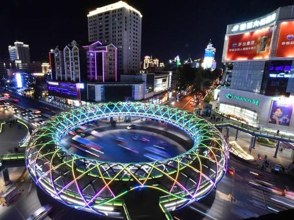 Ada juga jembatan penyeberangan berbentuk cincin di Kunming. (Getty Images)
