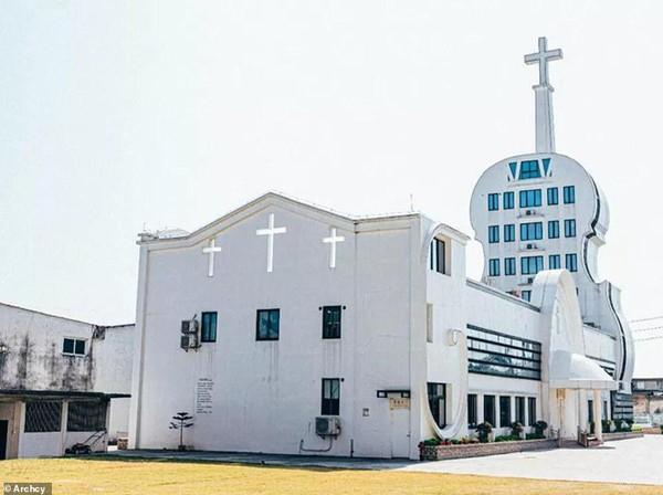 Selanjutnya, ada gereja di Desa Yongping yang memiliki bangunan berbentuk biola putih dengan menara salib menjulang ke langit. Proyek ini bahkan menelan biaya dua juta yuan atau sekitar 4 M (Archy.com)