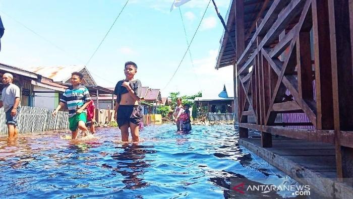 Banjir melanda kawasan padat penduduk di Kota Palangka Raya, Kalimantan Tengah, Senin (13/9/2021).