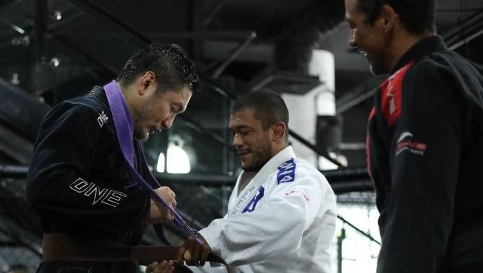 CEO ONE Championship Chatri Sityodtong tak mau kalah dengan para petarungnya. Dia juga piawai bela diri dengan sabuk coklat jiu-jitsu sebagai buktinya