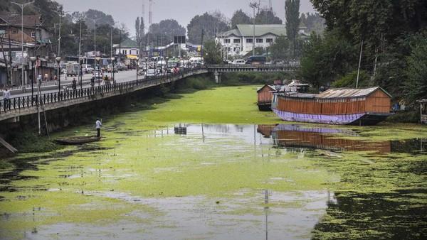 Namun, pihak berwenang mengatakan, pada 2017, sekitar 44 juta limbah dibuang ke danau dari kota setiap hari. Selain itu, sekitar satu juta liter limbah berasal dari rumah perahu. (Mukhtar Khan/AP)