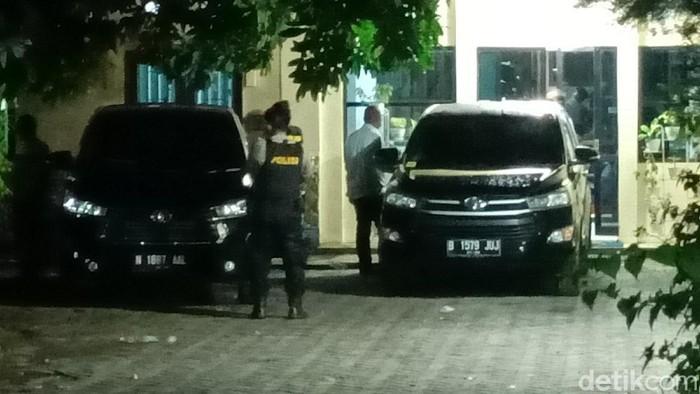 KPK melakukan penggeledahan di kantor Dinas PUPR Pemkab Probolinggo. Ada 3 ruang yang digeledah.