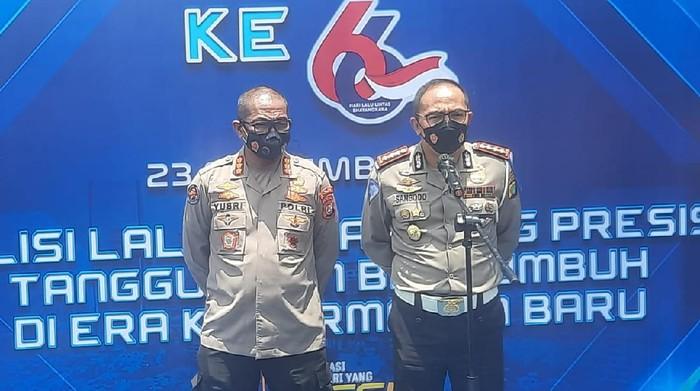 Dirlantas Polda Metro Jaya Kombes Sambodo Purnomo Yogo (kanan) meminta maaf jika ada petugas yang menyakiti hari masyarakat