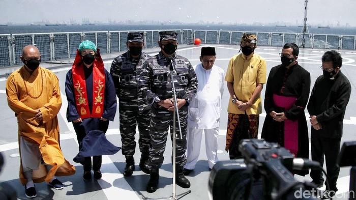 Memperingati HUT ke-76, TNI AL menggelar doa bersama lintas agama di atas KRI Semarang-594 di perairan laut Jakarta.