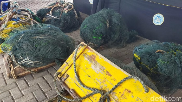 Enam kapal nelayan di Jatim diamankan kerena melakukan illegal fishing. Nelayan menangkap ikan dengan jaring yang tidak sesuai aturan, yakni jenis trawl.