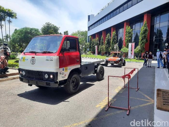 Kendala truk muatan di daerah ialah antre mengisi bahan bakar. Tim riset pengembangan kendaraan listrik autonom Institut Teknologi Telkom Surabaya (ITTS), membuat inovasi truk listrik untuk mengurangi pengunaan bakan bakar.