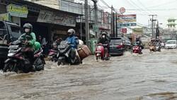 Jalan Raya Sawangan Depok Tergenang Air 30 Cm, Lalu Lintas Macet