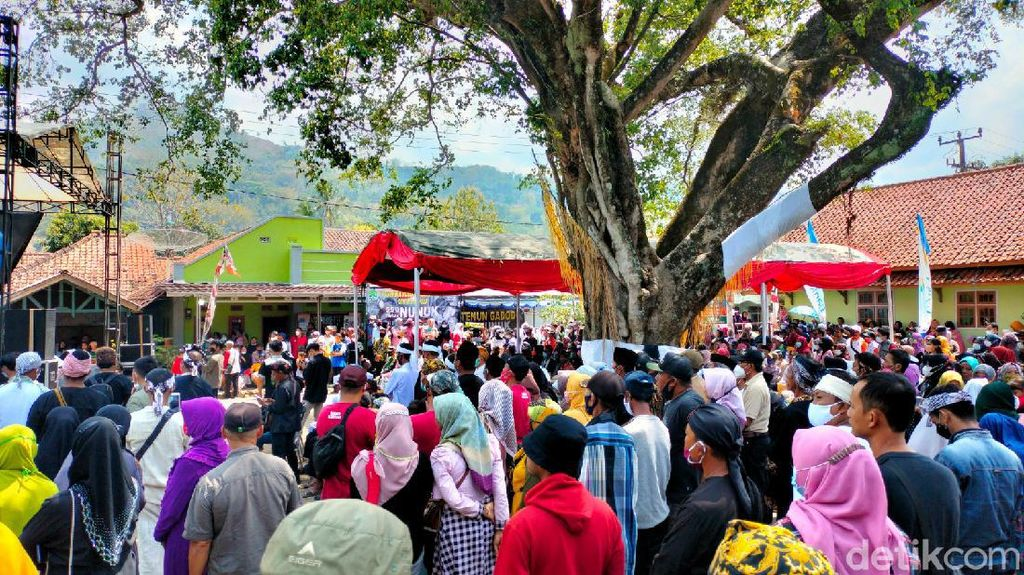 Diserbu Warga, Acara Adat Desa Nunuk Baru Majalengka Timbulkan Kerumunan