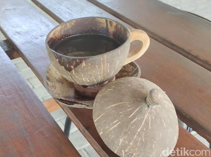 Jika Anda doyan atau terbiasa minum kopi, tidak ada salahnya mencicipi racikan kopi di Lamongan ini. Namanya kopi degan.