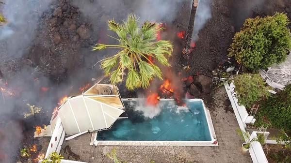 Setidaknya 100 rumah hancur dan 6.000 warga terpaksa mengungsi akibat erupsi Gunung Cumbre Vieja. Ditengok detikcom dari Instagram BBC, Kamis (23/9/2021) terlihat video yang menggambarkan ganasnya terjangan lahar yang menghancurkan kolam renang. Foto: Associated Press