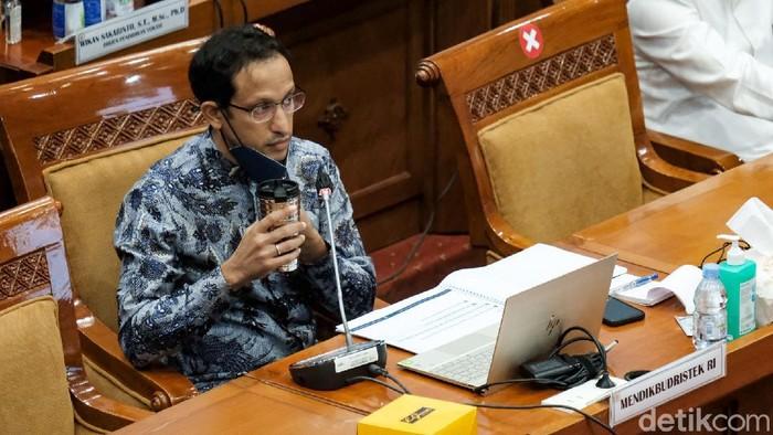 Mendikbudristek Nadiem Makarim rapat bareng Komisi X DPR. Dalam pemaparannya, Nadiem menjelaskan soal seleksi PPPK guru atau pegawai pemerintah dengan perjanjian kerja.
