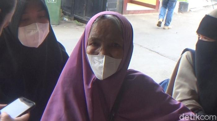 Nenek yang bekerja sebagai juru parkir, Hasriany Dg Caya (62), menjadi korban pengeroyokan. Uangnya juga dirampas (Reinhard S/detikcom)