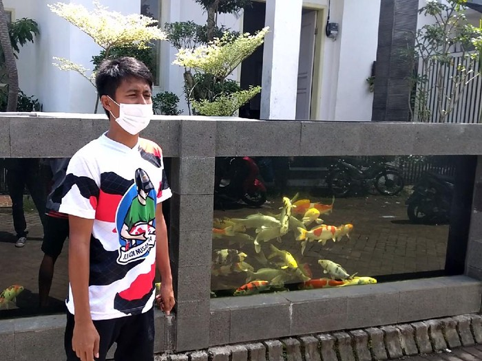 Pagar Rumah Warga di Malang Berbentuk Kolam Ikan Koi