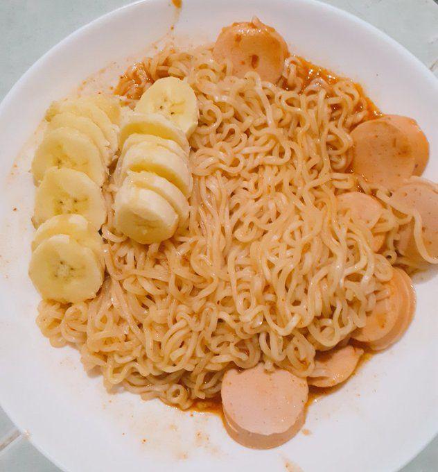 Pamer Makan Mie Instan Pedas Campur Pisang, Netizen Jadi Mual