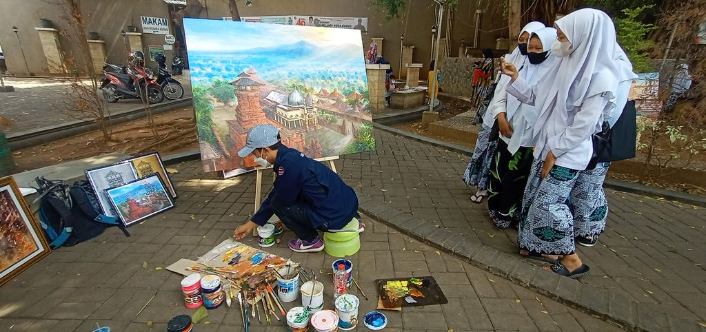 Pameran lukisan di kawasan Taman Menara Kudus, Kamis (23/9/2021).