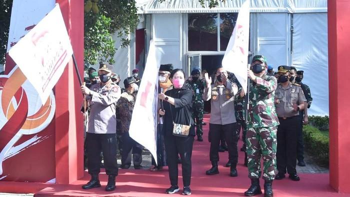 Panglima TNI Marsekal Hadi Tjahjanto bersama Kapolri Jendral Listyo Sigit Prabowo dan Ketua DPR Puan Maharani meninjau vaksinasi COVID-19 dan baksos warga di Tangerang, Banten.