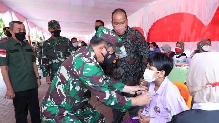 Panglima TNI Marsekal Hadi Tjahjanto meninjau serbuan vaksin COVID-19 di Riau
