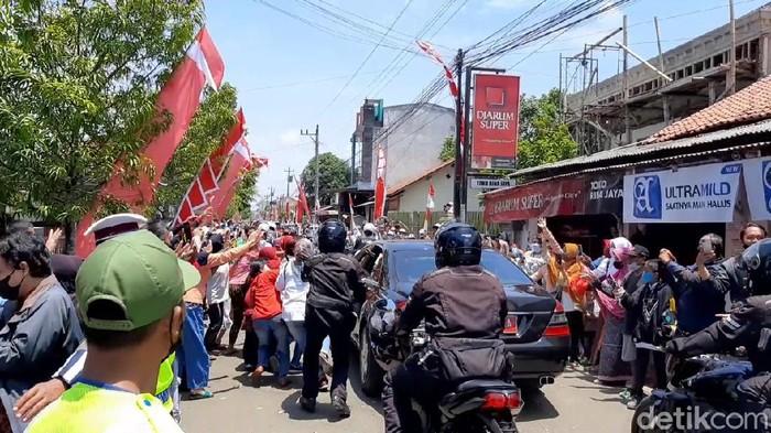 Penampakan kerumunan warga Cilacap berebut kaus pembagian Jokowi, Kamis (23/9/2021).