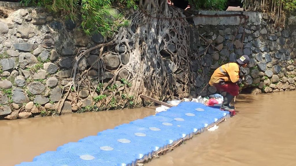 UPK Badan Air: Pelampung Bukan Penghambat Sampah di Kali Rawa Bunga Jaktim