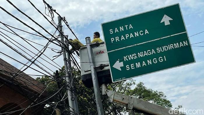 Petugas melakukan penataan jaringan utilitas di Jalan Wolter Monginsidi, Jakarta Selatan, Kamis (23/09/2021).