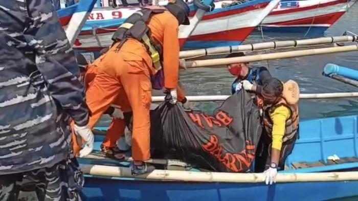 Petugas mengevakuasi jasad korban terseret arus pantai di Sukabumi