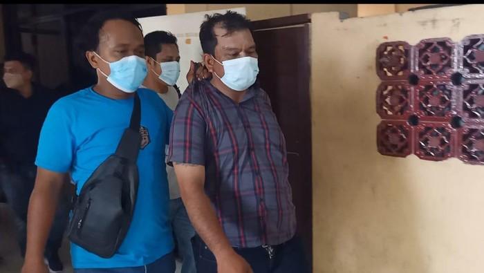 Polisi saat menangkap ES yang diduga memalak pedagang di Medan (dok. Polisi)
