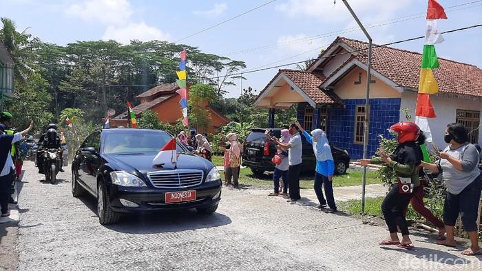 Presiden Joko Widodo bagi-bagi kaus dan masker ke warga Cilacap, Kamis (23/9/2021).