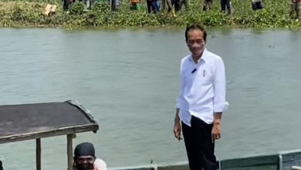 Saat Jokowi Naik Perahu Seberangi Sungai untuk Sapa Warga Cilacap