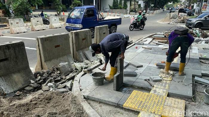 Pemprov DKI Jakarta menata trotoar di 10 ruas jalan sepanjang 2021. Salah satunya di kawasan Senopati, Jakarta.