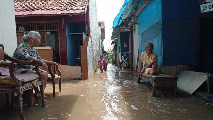 Rumah warga di Jalan Sawangan Raya, Depok, terendam banjir