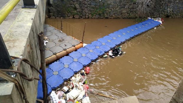 Sampah menumpuk di kali depan Kelurahan Rawa Bunga, Jakarta Timur