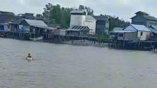 Screenshot video viral bocah seberangi sungai naik styrofoam di Sumsel (dok. Istimewa)