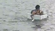 Viral Bocah Naik Styrofoam Seberangi Sungai demi Sekolah di OKI Sumsel
