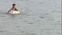 Viral Anak Seberangi Sungai Naik Styrofoam, Susi-Fadli Zon Mau Patungan Perahu