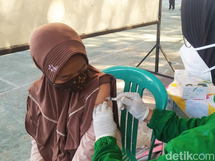 Vaksinasi di SMPN 1 Blora, Jawa Tengah.