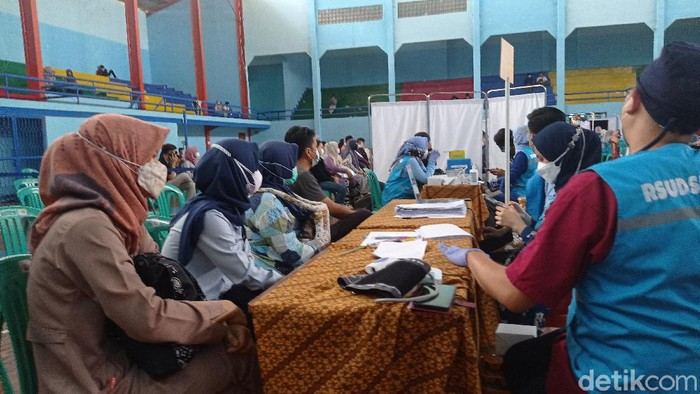 Vaksinasi Massal di Gedung Gelora Muda Cianjur