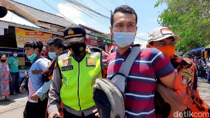 Presiden Joko Widodo kembali melanjutkan kunjungan kerjanya ke SMA N 2 Cilacap di Jalan Ketapang, Cilacap Utara. Kali ini warga Cilacap berebut untuk mendapatkan kaos dan masker dari Jokowi.